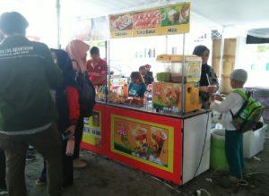 Belajar bertransaksi di Bazzar Makanan Gelar Produk Makanan Minuman Craft dan Fashion Istimewa Yogyakarta
