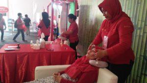Massage totok wajah di Area Bunda Santai Festival SGM Bunda Generasi Maju