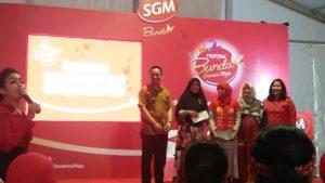Penyerahan hadiah dari kuis Talkshow bersama dokter ahli kandungan Festival SGM Bunda Generasi Maju Jogja